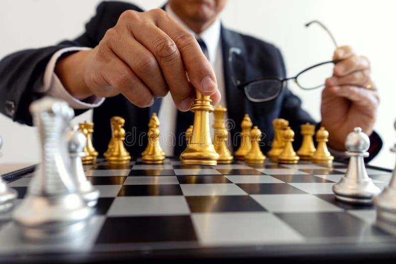 gra planszowa szachy złoto i srebro zdjęcia royalty free