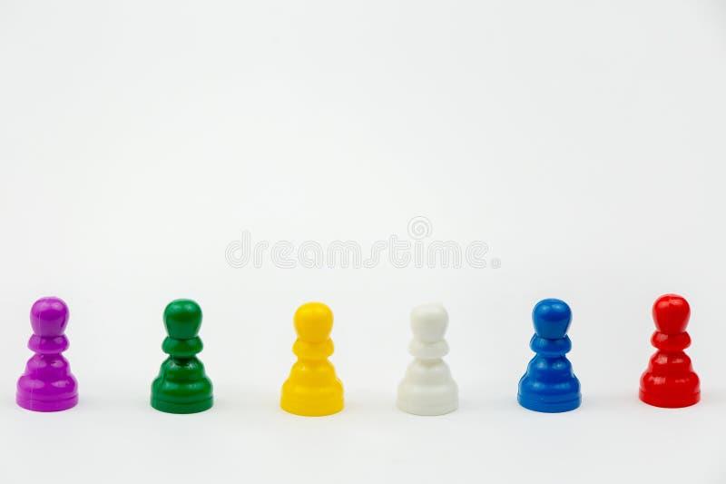 Gra planszowa z różnymi barwionymi gemowymi pionkami na nim Ludo lub Zmartwione gry planszowa sztuki postacie fotografia stock