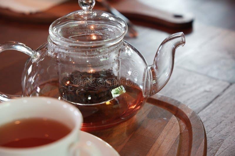 GraafGrey thee in de pot van de glasthee op houten plaat met witte kop royalty-vrije stock foto
