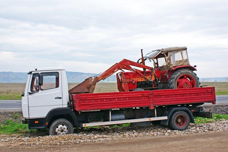 Graafwerktuig dat door een vrachtwagen wordt vervoerd royalty-vrije stock fotografie
