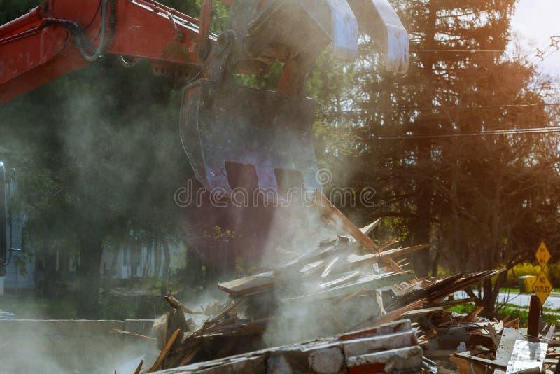 Graafwerktuig die barakken voor nieuwe bouwproject vernietigen Gemaakt met ondiepe diepte van gebied stock foto