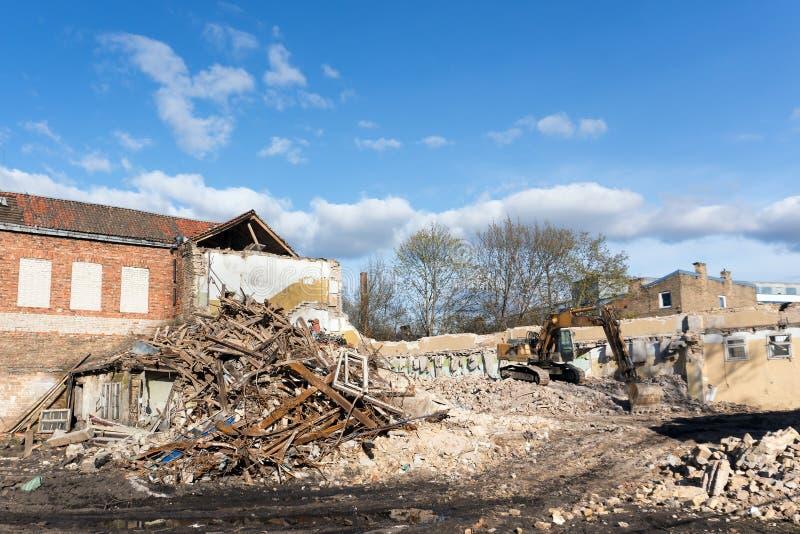 Graafwerktuig die de bouw vernietigen stock foto's