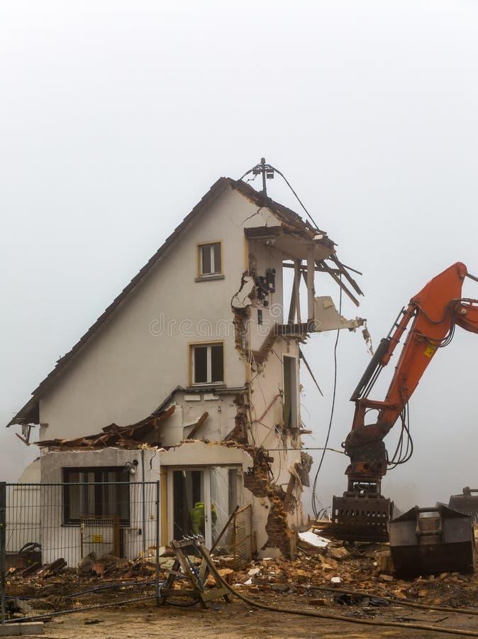 Graafwerktuig die oude woningbouw vernietigen royalty-vrije stock foto's