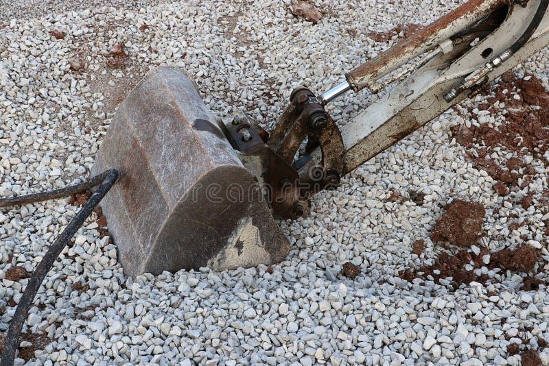 Graafwerktuig Digging Through Rocky Gravel stock foto's