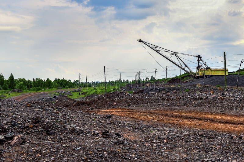 Graafwerktuigmachine op het werk van het uitgravingsgrondverzet in steengroeve stock foto