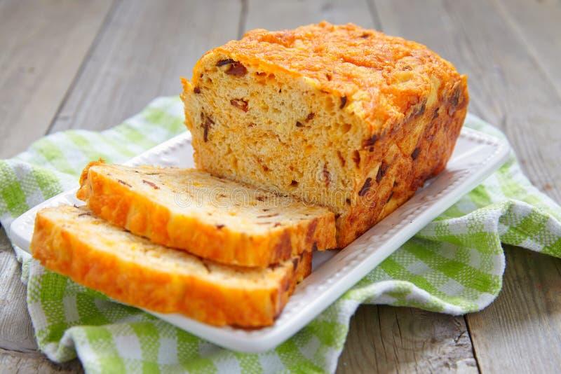 Graanbrood met bacon en cheddar royalty-vrije stock foto's