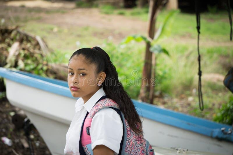 """Graaneiland, Nicaragua †""""17 Augustus, 2016: Inheems schoolmeisje in de straat die op bus wachten royalty-vrije stock afbeelding"""