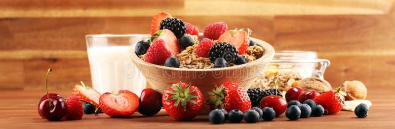 graangewas Kom granolagraangewassen, vruchten en melk voor ontbijt Muesli met graangewassen royalty-vrije stock afbeeldingen