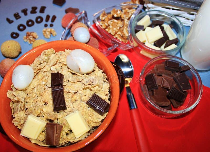 Graangewassen met chocolade en fruit stock foto