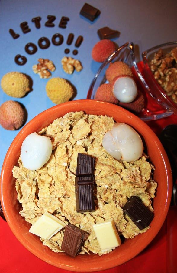 Graangewassen met chocolade en fruit stock afbeelding