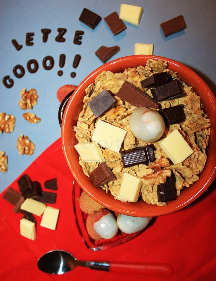 Graangewassen met chocolade en fruit stock fotografie