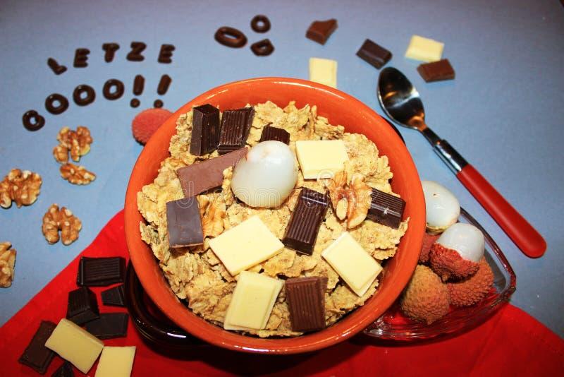 Graangewassen met chocolade en fruit stock afbeeldingen