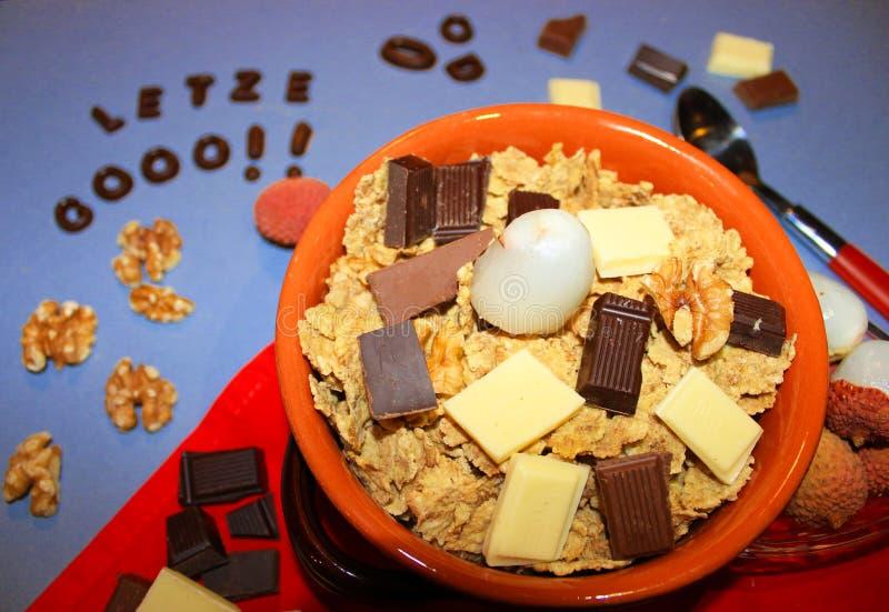 Graangewassen met chocolade en fruit royalty-vrije stock foto