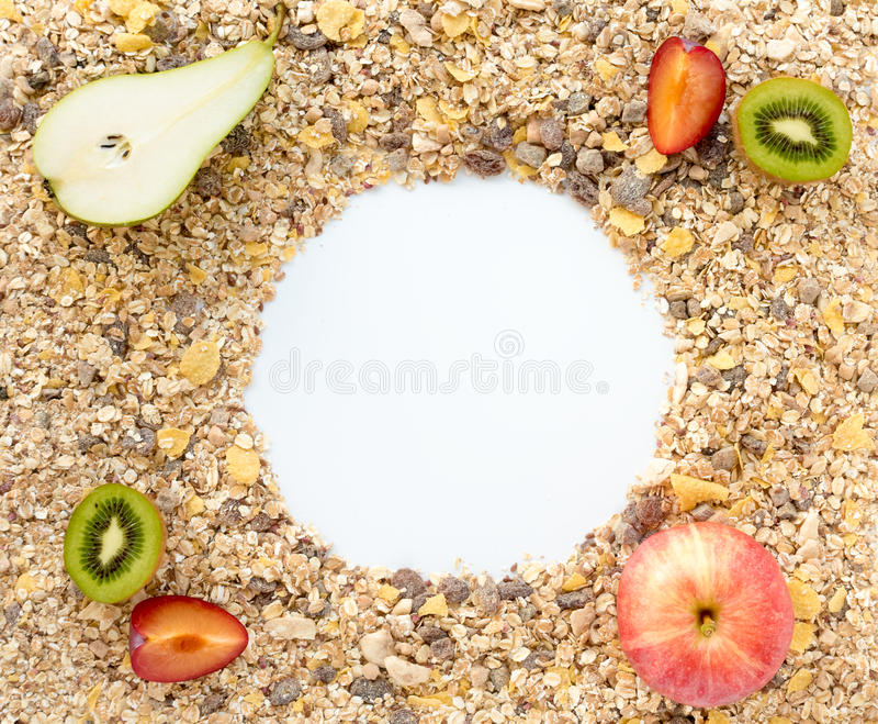 Graangewassen op Achtergrond met verse Vruchten uit worden uitgespreid die royalty-vrije stock foto