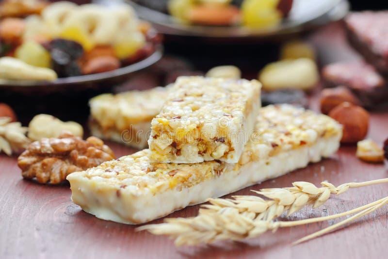 Graangewassenbars van granola met noten en rozijnen royalty-vrije stock foto's