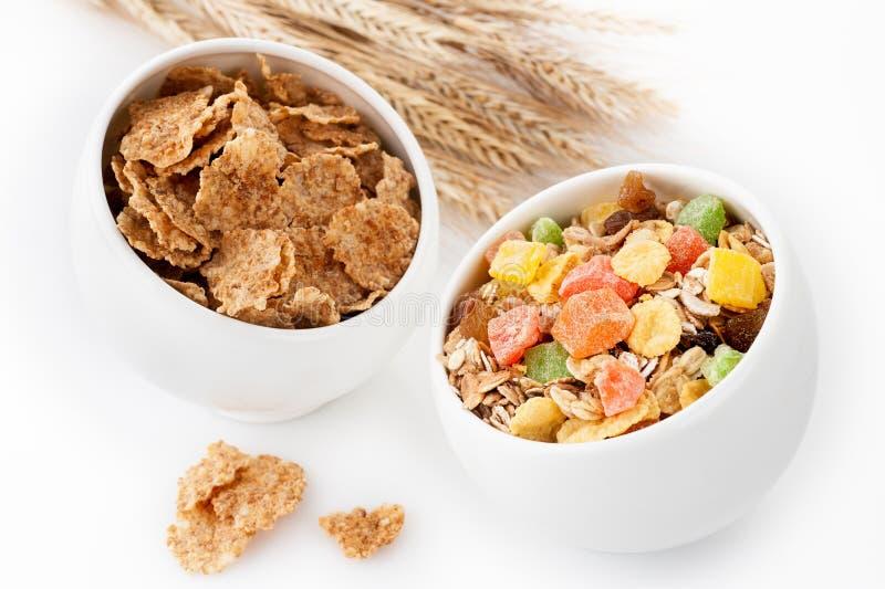 Graangewassenmuesli (granola), rozijnen en gedroogd fruit. Gezond Ontbijt stock foto's