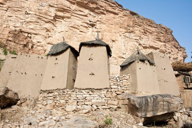 Graanschuuren in een Dogon dorp, Mali (Afrika). stock afbeelding