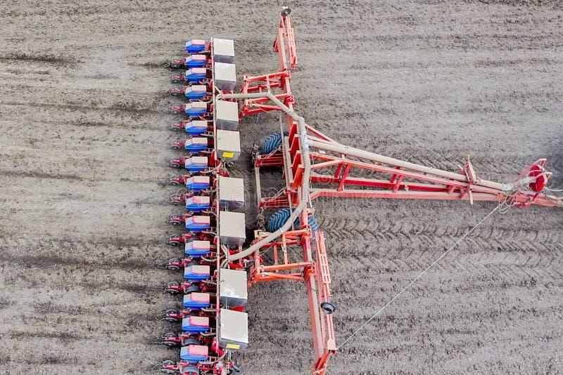 Graanzaaimachine Het zaaien op het gebied met een zaaimachine van graan stock foto's