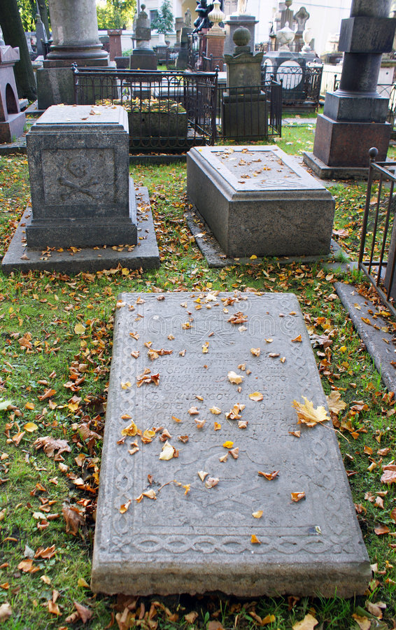Grab auf einem Kirchhof. lizenzfreies stockbild
