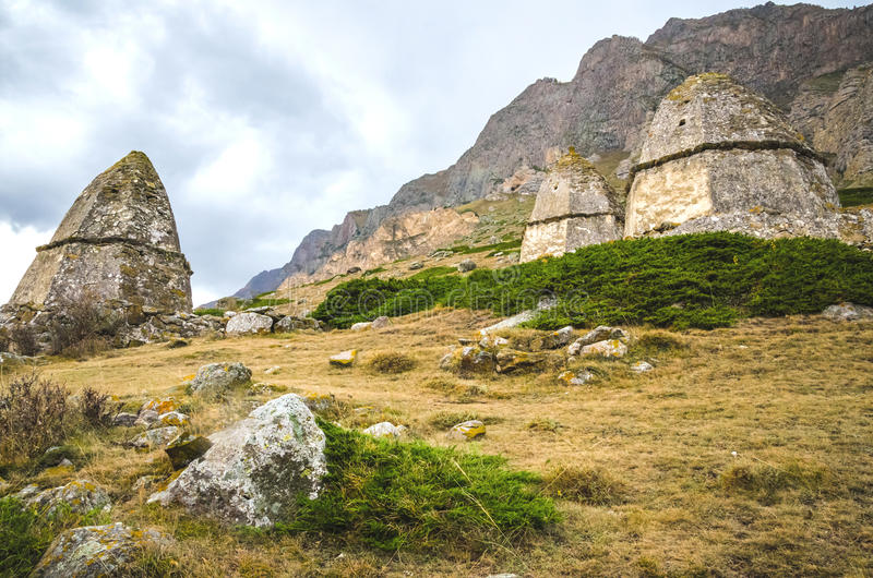 Grab drei auf dem Hintergrund eines hohen Berges lizenzfreies stockfoto