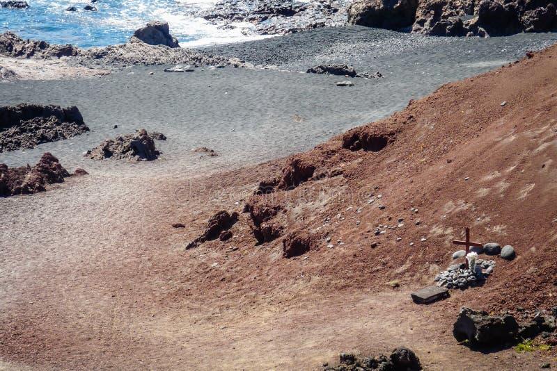 Grab durch den Strand an EL Golfo Lanzarote stockbild