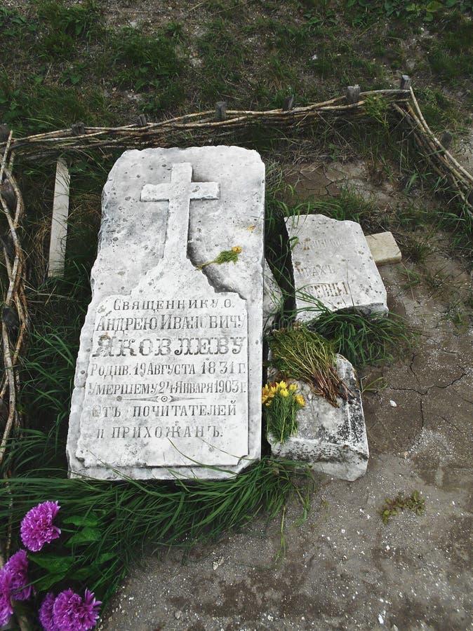 Grab eines Priesters stockfotos