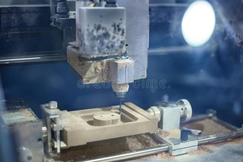 Grabado del CNC - fresadora durante trabajo fotos de archivo