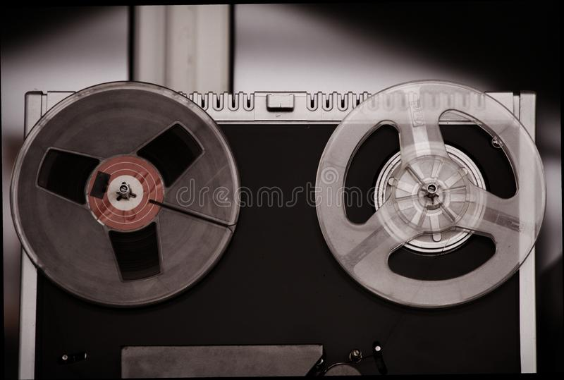 Grabadora del carrete, vieja, vintage, grabadora de carrete port?til del tubo foto de archivo