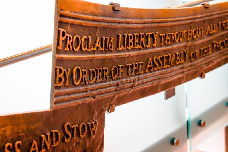 Grabados en la campana de libertad foto de archivo