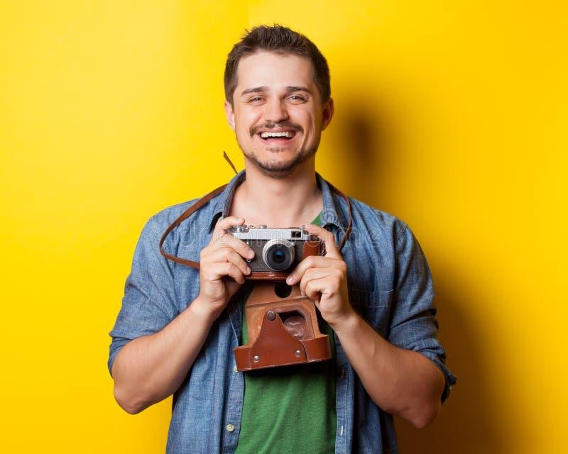 Grabb i skjorta med tappningkameran royaltyfri fotografi