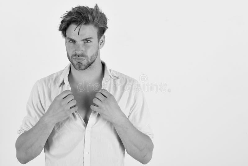 Grabb med borstet i rosa skjorta och smutsigt hår fotografering för bildbyråer