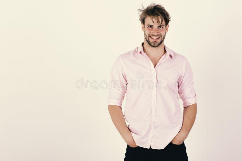 Grabb med borstet i rosa skjorta och smutsigt hår arkivbild