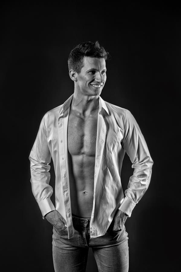 Grabb med den kala bröstkorgen i jeans och skjorta arkivfoton