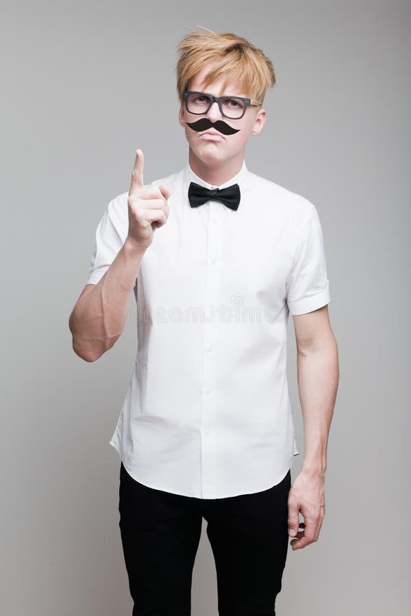 Grabb med den pappers- mustaschen fotografering för bildbyråer