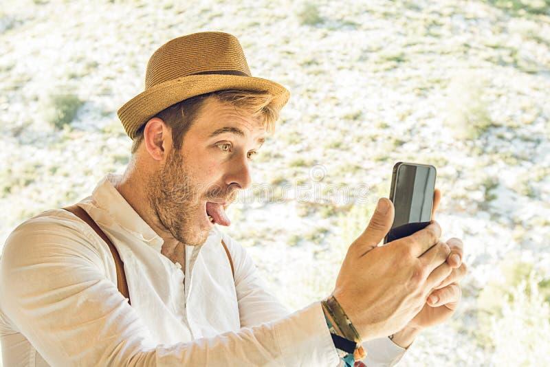Grabb med det roliga uttryckt som gör en selfie royaltyfri bild