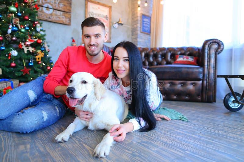 Grabb med flickan som poserar och ler på kameran, bredvid hund i ny Ye royaltyfri bild
