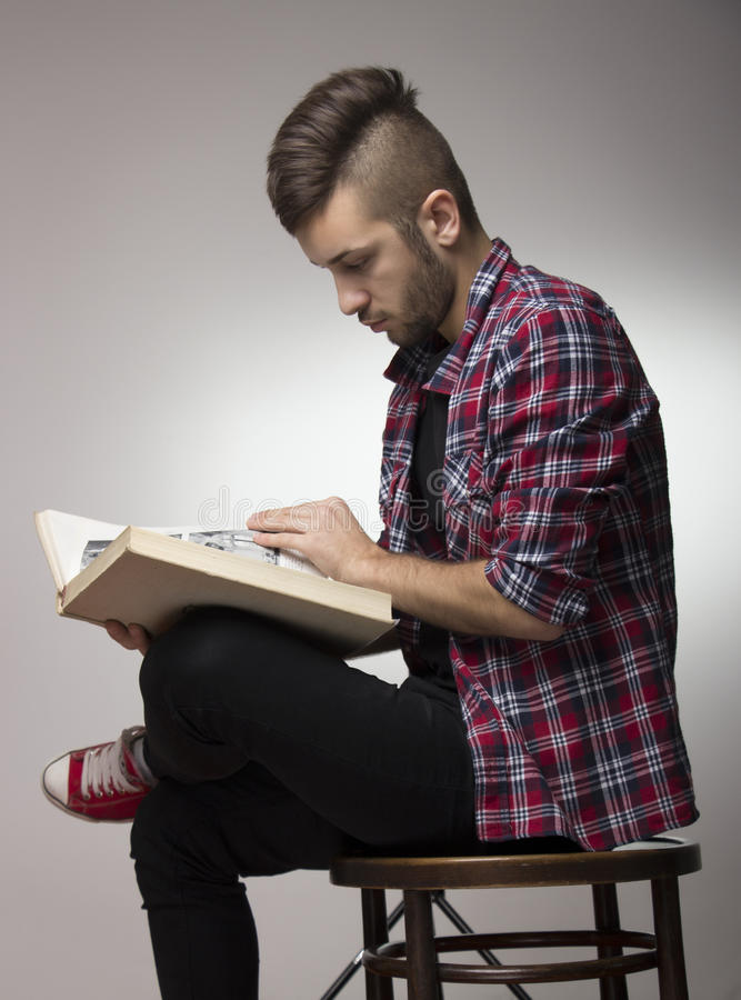 Grabb med mohawk som läser en bok royaltyfri bild