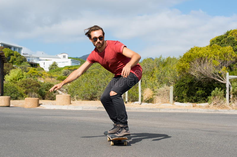 Grabb på skateboarden arkivfoton