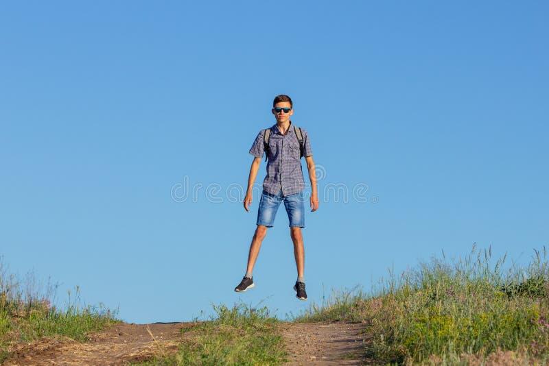 Grabb som hoppar till överkanten på vägen, loppbegrepp arkivfoton