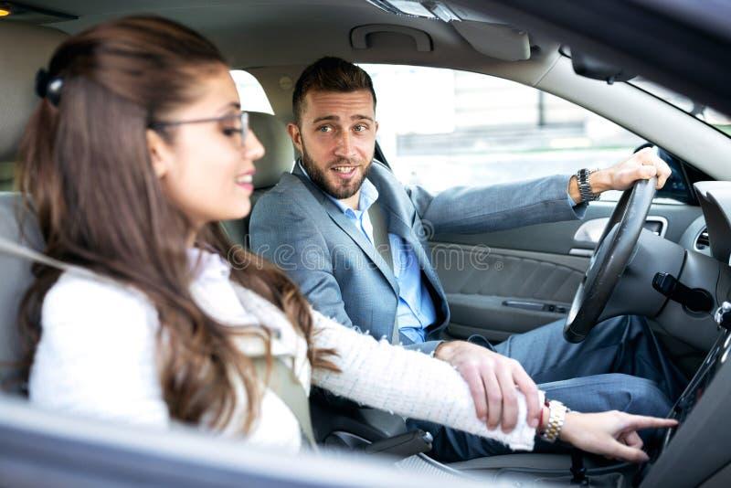Grabb som kör en bil och förklarar hans Co-chaufför för att inte distrahera honom arkivfoton