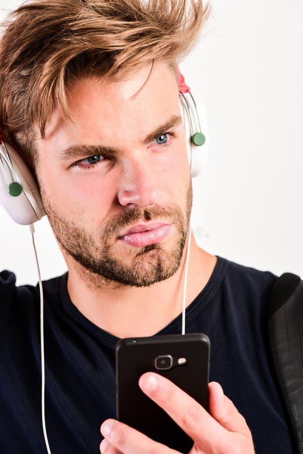 Grabb som lyssnar till det solida spåret i hörlurar med mikrofon ebook och online-utbildning Musikutbildning den sexiga muskulösa royaltyfri fotografi