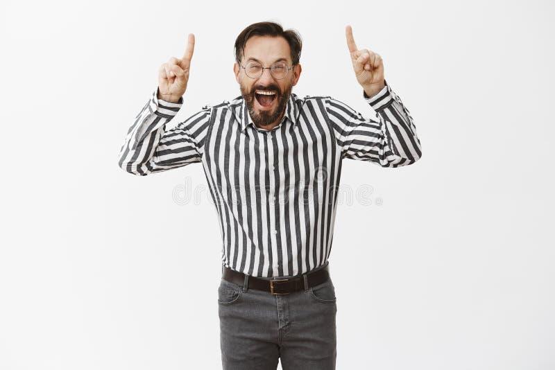 Grabb som skriker från passande nummer ett för lycka i företag Nöjt och triumfera den snygga känslobetonade vuxna mannen in arkivfoton