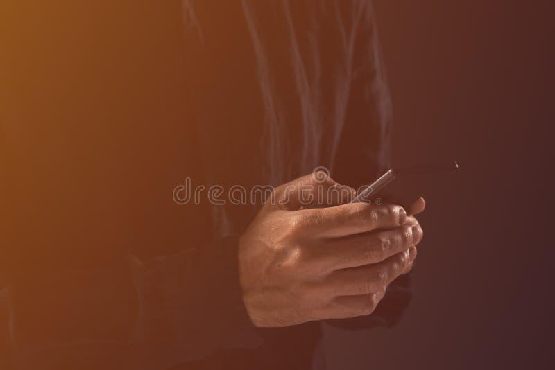 Grabb som skriver textmeddelandet på mobiltelefonen royaltyfri fotografi