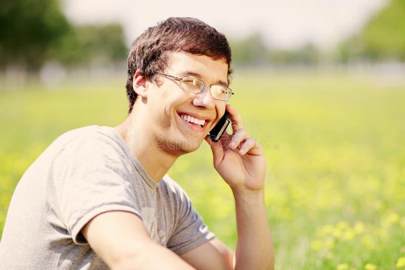 Grabb som talar på mobiltelefonen royaltyfria foton