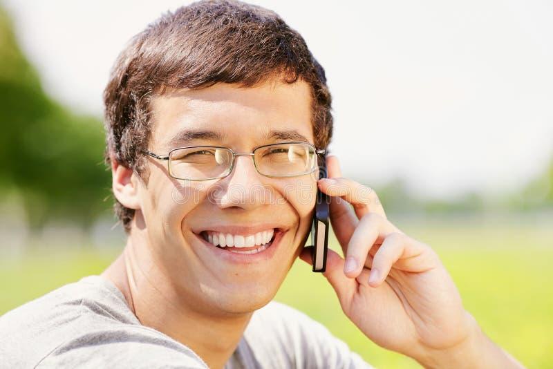 Grabb som talar på mobiltelefonen fotografering för bildbyråer