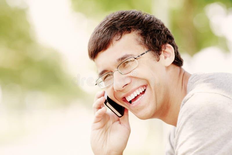 Grabb som talar på mobiltelefonen arkivfoto