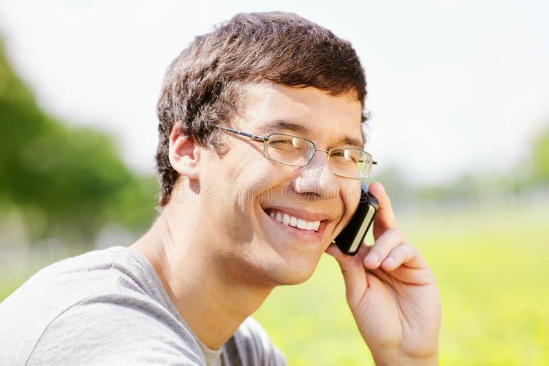 Grabb som talar på mobiltelefonen royaltyfri fotografi