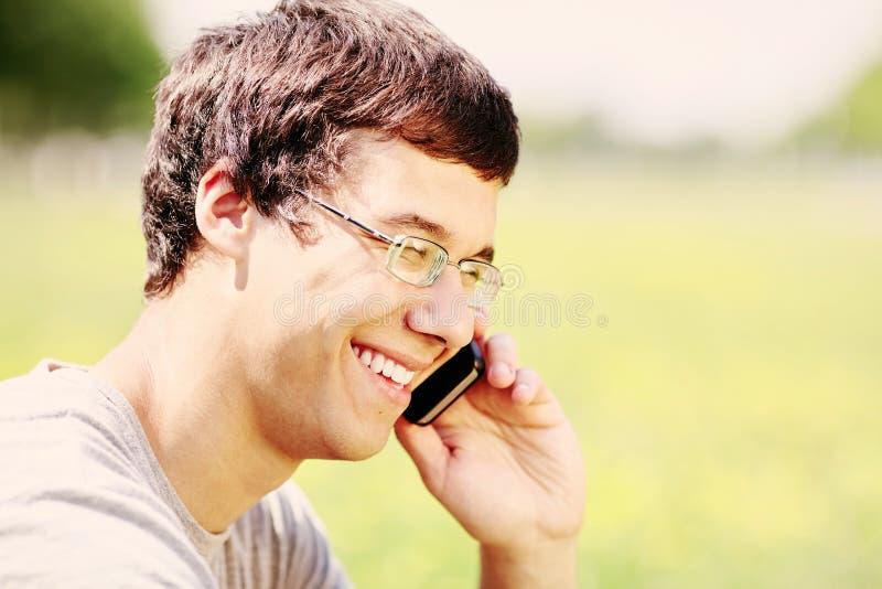 Grabb som talar på mobiltelefonen arkivbilder