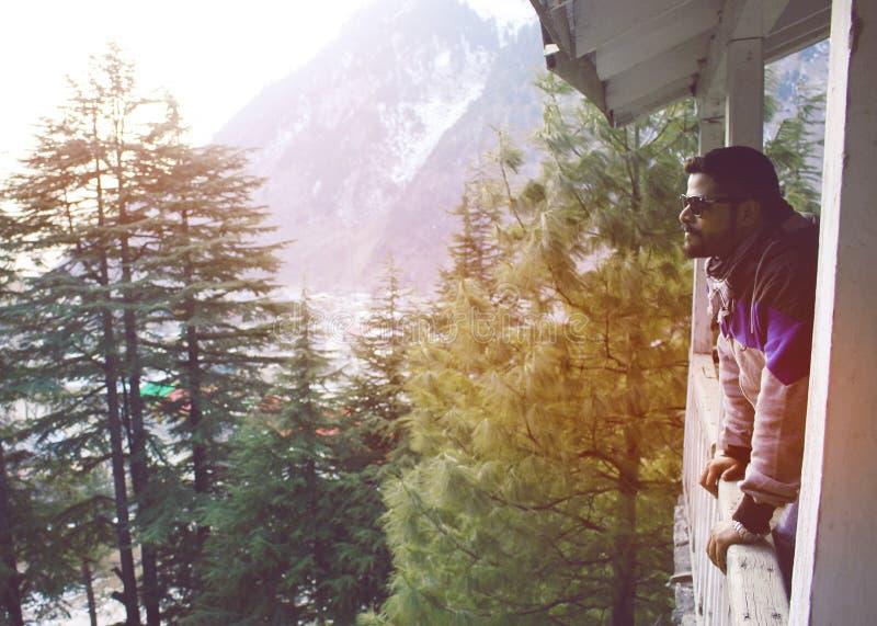 Grabbanseende på terrass av en stuga i berg royaltyfri bild
