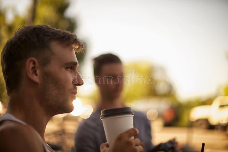 Grabbar som har kaffe royaltyfri foto